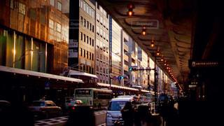 近くに忙しい街の通りのの写真・画像素材[1683015]