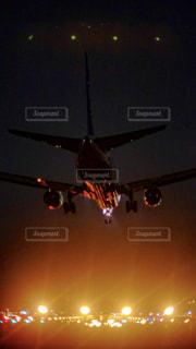 夜のライトアップは飛行機の写真・画像素材[1685335]
