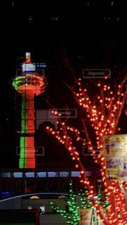 夜のライトアップされた街の写真・画像素材[1690302]