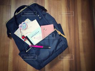 スーツケースの上に座って荷物のバッグの写真・画像素材[1654594]