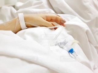 病院にて点滴中の写真・画像素材[1688427]