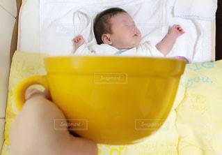 屋内,かわいい,黄色,手,寝顔,人物,人,マグカップ,赤ちゃん,幸せ,イエロー,お昼寝,男の子,すやすや,黄,遠近法,寝具,乳児,yellow,寝相アート,生後2ヶ月,インスタ映え,マグカップベビー