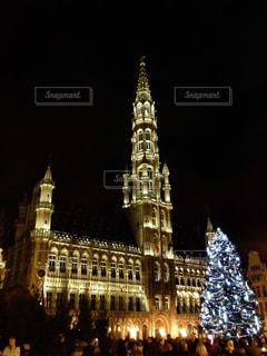 夜の街にそびえる大きな時計塔の写真・画像素材[1681254]