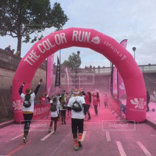 女性,男性,アウトドア,スポーツ,屋外,ピンク,カラフル,走る,楽しい,後姿,フランス,パリ,ジョギング,ランニング,健康,ヘルシー,ライフスタイル,ダイエット,セーヌ川,ゴール,カラーラン