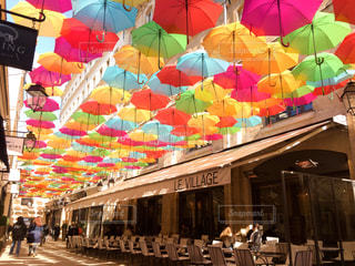店に吊るされた傘の写真・画像素材[2122135]