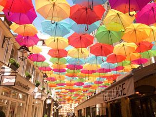 カラフルな傘の写真・画像素材[2150115]