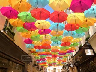 雨,傘,屋外,海外,カラフル,水,アート,ヨーロッパ,観光,旅行,フランス,パリ,可愛い,雫,梅雨,ライフスタイル,雨の日,おしゃれ,多色,色・表現,カラフル傘