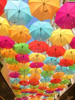 雨,傘,屋外,海外,カラフル,水,アート,ヨーロッパ,観光,旅行,フランス,パリ,可愛い,雫,ライフスタイル,雨の日,おしゃれ,多色,色・表現,カラフル傘