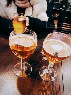 女性,飲み物,テーブル,人物,イベント,グラス,ビール,乾杯,バー,ドリンク,パーティー,アルコール,手元,飲料