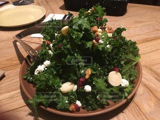 木製のテーブルのサラダ - No.1087161