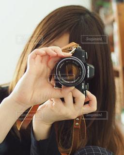 カメラを持って女性の写真・画像素材[1865817]