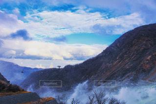 背景の山と滝の写真・画像素材[1687365]