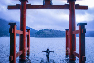 水の体の横に立っている男性のカップルの写真・画像素材[1687372]