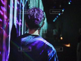 男性,後ろ姿,男,髪型,イルミネーション,背中,チームラボ,パーマ,半袖,2000年代