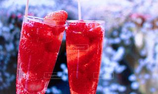 近くに飲料のアップの写真・画像素材[1774027]