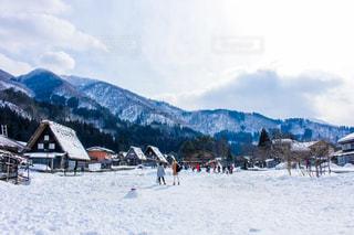 雪に覆われた山の頂上に立っている人々 のグループの写真・画像素材[1812650]
