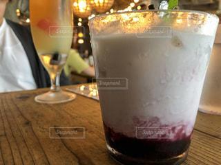 テーブルの上にベリーミルクの写真・画像素材[2258131]