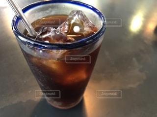 テーブルの上のグラスカップの写真・画像素材[2258137]