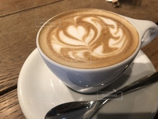 テーブルの上でコーヒーを一杯飲むの写真・画像素材[2258139]