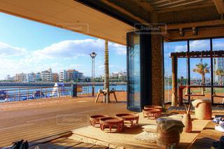 家具と大きな窓で満たされたカフェの写真・画像素材[2259283]