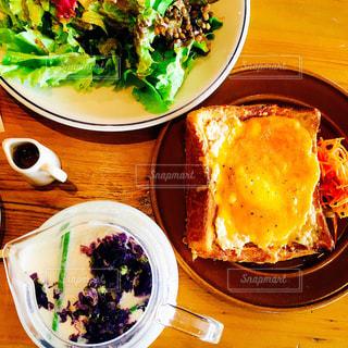 テーブルの上の皿の上に食べ物のボウルの写真・画像素材[1656539]