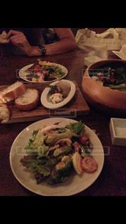 テーブルの上に食べ物のプレートの写真・画像素材[1655629]