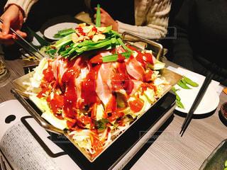 食品のプレートをテーブルに着席した人の写真・画像素材[1660334]