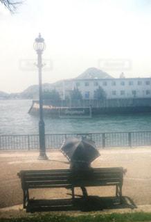 女性,海,公園,後ろ姿,ベンチ,街灯,日傘,快晴,晴れの日