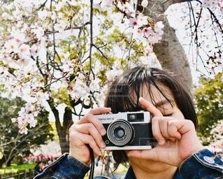 OLYMPUS TRIP 35とカメラを持つ女性の写真・画像素材[3689646]
