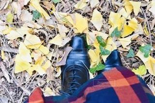 銀杏の葉と秋のファッションの写真・画像素材[3712391]