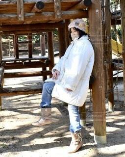 白いコートを着た女性の写真・画像素材[3846169]