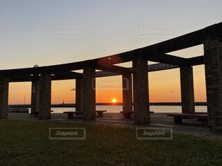 空,建物,橋,屋外,湖,ビーチ,雲,夕暮れ,川,水面,草