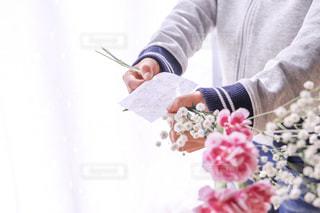子ども,花,文字,屋内,かすみ草,晴れ,鮮やか,女の子,プレゼント,手紙,メッセージ,カーネーション,華やか,母の日,ありがとう,手書き,紙,書く,感謝,メッセージカード,手書き文字,手渡し