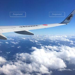 大型航空機を空中に高く飛ぶの写真・画像素材[1861428]