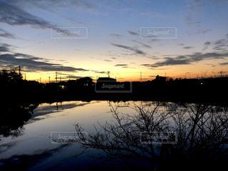 水の体に沈む夕日の写真・画像素材[1874679]