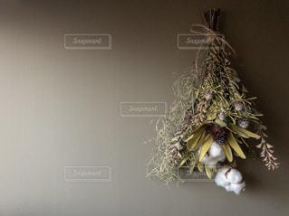 テーブルの上の花の花瓶の写真・画像素材[1926289]