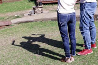 草の上に立っている人の写真・画像素材[2428224]