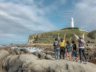 丘の上に立つ人々のグループの写真・画像素材[2428243]