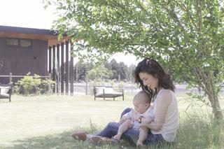 公園に座っている女性の写真・画像素材[2428267]
