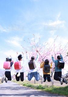 空に凧を飛ばす人々のグループの写真・画像素材[2998219]