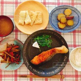 テーブルの上に食べ物のボウルの写真・画像素材[1662152]