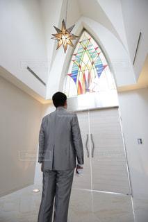 男性,屋内,後ろ姿,結婚式,ステンドグラス,教会,新郎,チャペル,タキシード,入場,緊張感