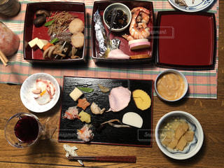 テーブルの上に食べ物の束の写真・画像素材[1725842]