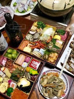 テーブルの上に食べ物の束の写真・画像素材[1669658]