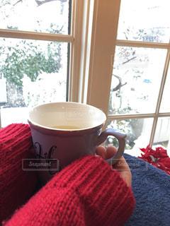 雪景色を見ながらのティータイム。お家の中は暖かい。の写真・画像素材[1737512]