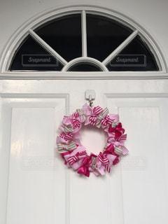 玄関のピンクの手作りリボンリースの写真・画像素材[1793311]