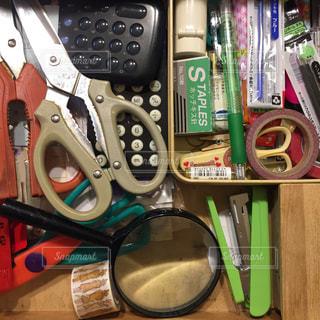 机の引き出しの中の文房具。の写真・画像素材[2251831]