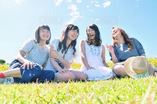 女性,20代,空,夏,緑,草原,女子,楽しい,セルフィー,笑顔,思い出,淡路島,笑い,平成最後の夏,あわじ 花さじき
