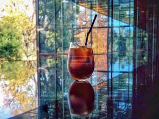 黒テーブルの上のアイスコーヒーの写真・画像素材[2261653]