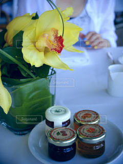 テーブルの上の花の花瓶の写真・画像素材[1669254]